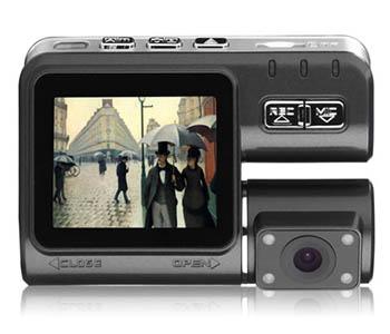 """2,0"""" skærm, 720p videooptagelse, 2 videooptagere (for og bag), fjernbetjening, kompakt størrelse, g-sensor. Pris: ca. 250 kr. Kan købes her. Videokvalitet/anmeldelse kan ses her."""